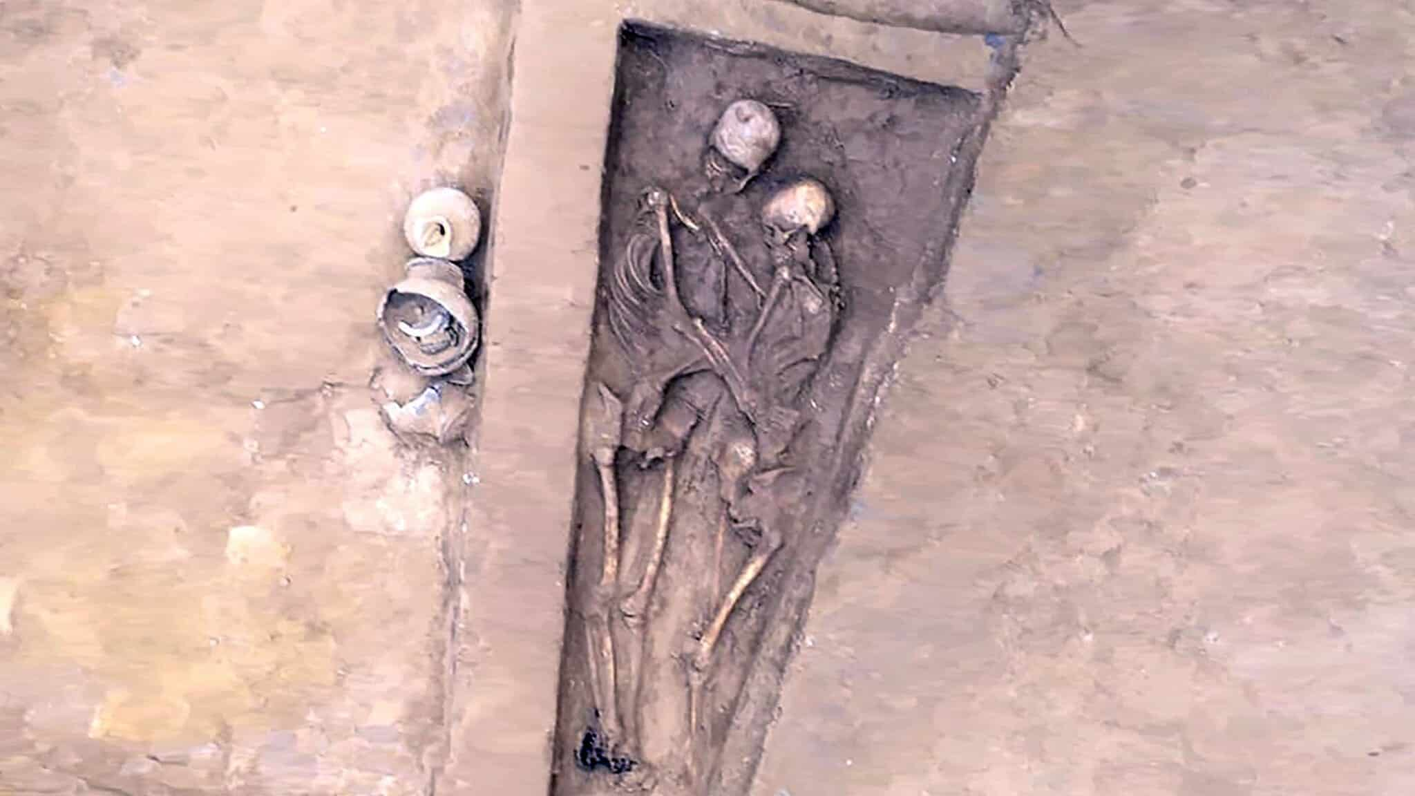 China-Hallan dos esqueletos que habrían estado abrazados por más de 1.500 años