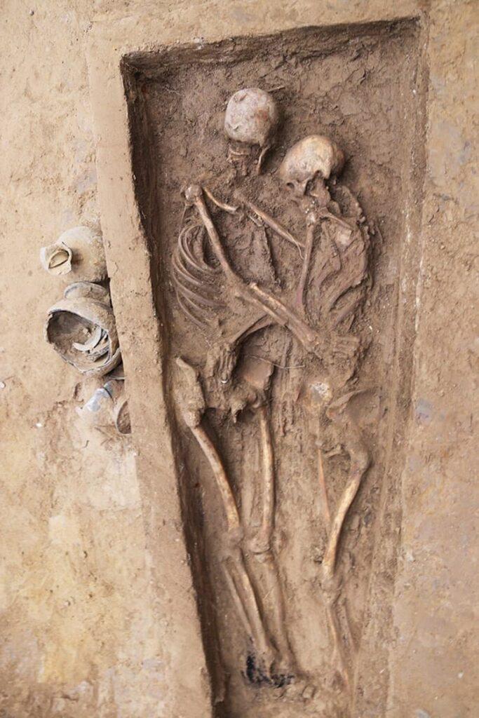 Hallan Dos Esqueletos Que Habrían Estado Abrazados Por Más De 1.500 Años
