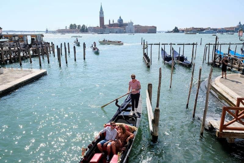 Tres Personas Sobre Un Bote, Por Dar Un Paseo, En Venecia, Italia - La Ciudad Toma Medidas Sobre El Turismo Masivo