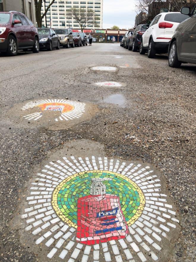 Artista Urbano Rellena Huecos En Pavimento, Aceras Y Paredes De Su Ciudad Con Divertidos Mosaicos