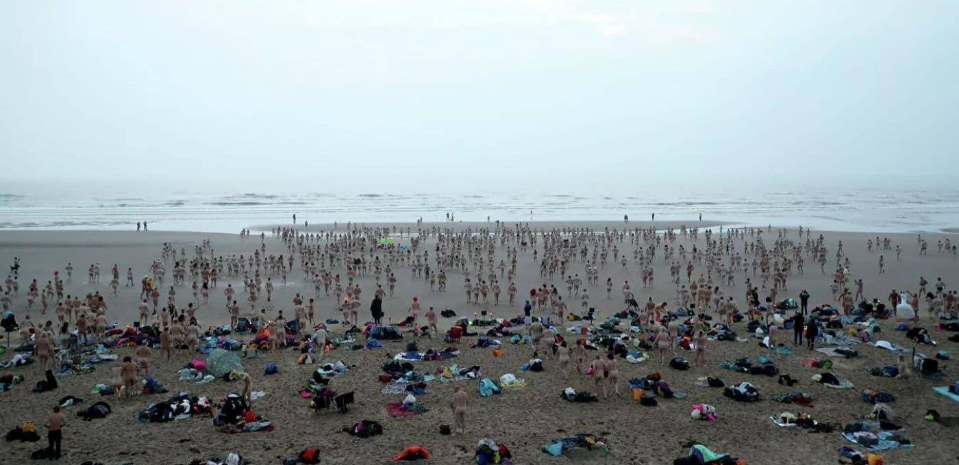 Cientos de personas nadaron desnudas en el Mar del Norte para recibir el equinoccio de otoño