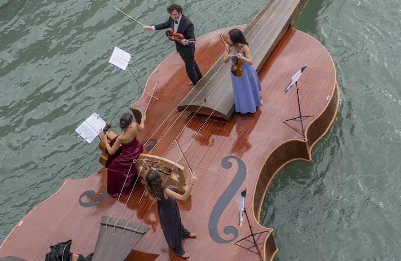 Cuarteto De Cuerdas A Bordo Del Bote Con Forma De Violín