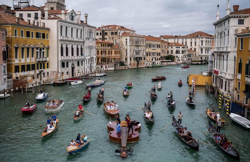 Bote Con Forma De Violín Recorre Venecia (1)