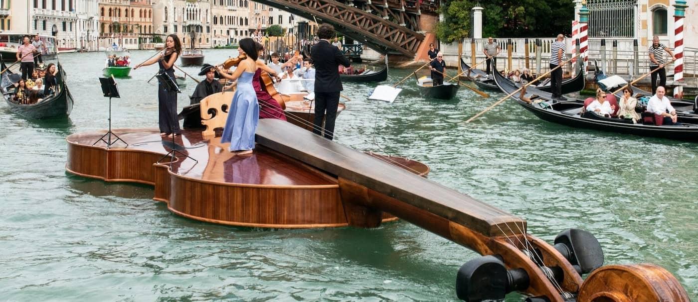 Un bote con forma de violín recorrió los canales de Venecia con un cuarteto de cuerdas a bordo