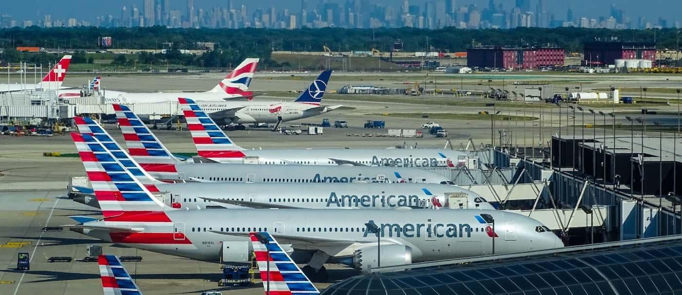 Un pasajero de avión abrió la puerta de emergencia, saltó al ala y fue arrestado