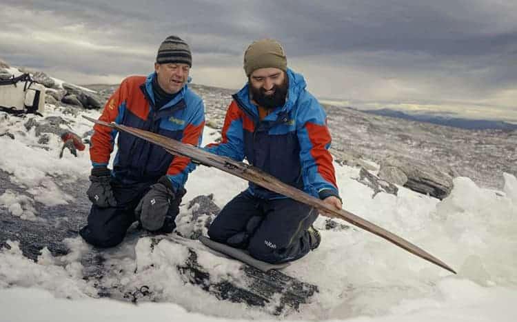 Descubren el par de esquís más antiguo del mundo en un glaciar en Noruega-1